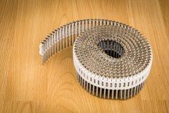Ногти металла на пластичном крене для пневматических nailers дают полный газ Стоковые Изображения RF