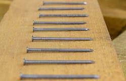 Ногти на деревянной доске Конструкция деревянных домов стоковые фотографии rf