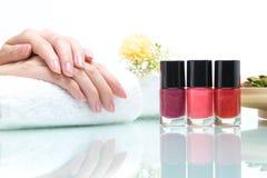 ногти ногтя beautician женские полируя салон Стоковые Изображения RF