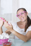 Ногти опиловки девушки стоковые фотографии rf