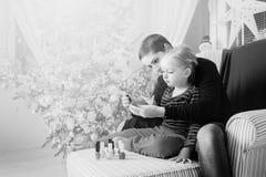 Ногти пальца картины матери и дочери на день xmas Стоковое Изображение RF