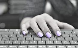 Ногти покрашенные ультрафиолетовым лучем typewriting Стоковое фото RF