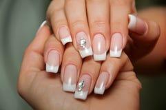 Ногти свадьбы с кристаллами на черной предпосылке Стоковые Фото