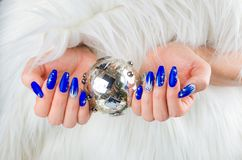 Ногти сини рождества стоковые фото