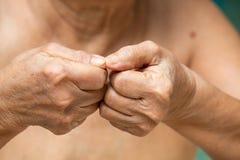 Ногти старшей женщины обгрызая, чувство языка жестов стоковые изображения