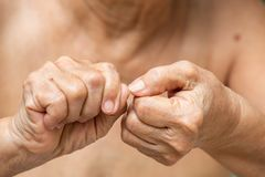 Ногти старшей женщины обгрызая, чувство языка жестов стоковые фотографии rf