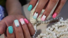 Ногти с радугой маникюра Стоковые Фото