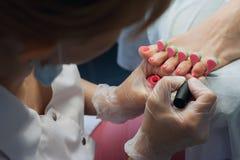 Ногти техника ногтя Profesional зашкурить с машиной Стоковая Фотография