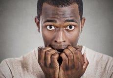 Ногти тревоженого человека сдерживая смотря вас камера Стоковые Фото