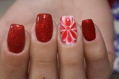 Ногти цветков дизайна маникюра красные Стоковые Изображения RF