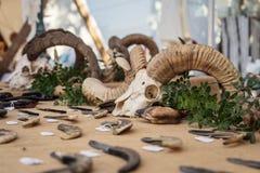 Ножи звероловства для продажи на рынке ремесленника в rousse Ile стоковое изображение rf