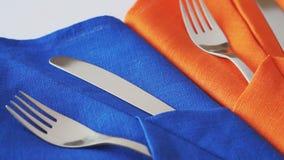 Ножи и вилки на таблице сток-видео