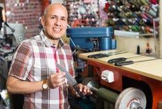 Ножи рабочего класса resharpening на машине Стоковое Фото