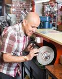 Ножи рабочего класса resharpening на машине Стоковые Изображения