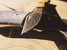 Ножи Damascuss стальные на деревянной предпосылке стоковая фотография rf