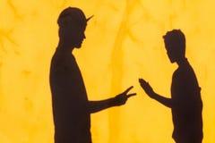Ножницы бумаги стены теней подростков Стоковое фото RF