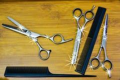 ножницы волос вырезывания гребня Стоковые Изображения