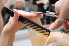 ножницы волос вырезывания Стоковое Фото
