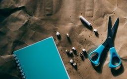 Ножницы, голубой блокнот, cutted сигарета, мир отсутствие дня табака стоковое изображение rf