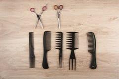 Ножницы, гребень, щетки волос на таблице Стоковые Изображения