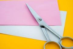 Ножницы и бумага Стоковые Изображения