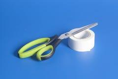Ножницы и крен клейкая лента для герметизации трубопроводов отопления и вентиляции на сини Стоковое Изображение