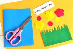Ножницы, комплект для карточки, бумажных цветков, формулируют счастливое mother& x27; день s - ремесла детей бумажные Стоковые Изображения