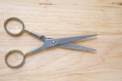 Ножницы на деревянной предпосылке Стоковое Фото
