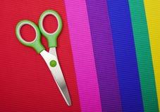 Ножницы на предпосылке бумаги цвета стоковые фото