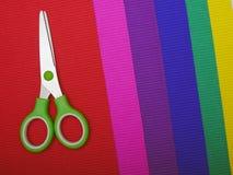 Ножницы на предпосылке бумаги цвета стоковые фотографии rf