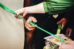 Ножницы отрезали зеленую silk ленту стоковая фотография rf