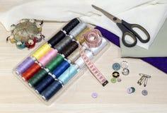 ножницы полотна холстины кнопок измеряя установили ленту поставк Стоковое фото RF