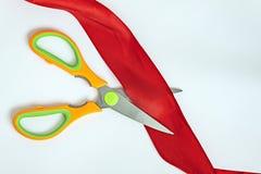 Ножницы режут ленту стоковая фотография