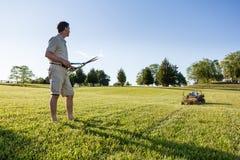 ножницы старшия человека травы вырезывания Стоковая Фотография RF