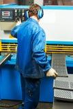 Ножницы с параллельными ножами работника работая Стоковое Фото