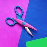 ножницы цвета бумажные стоковые изображения