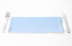 Нож, вилка и салфетка на белой предпосылке. Стоковое фото RF