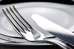 Нож вилки и таблицы на крае пустой плиты Стоковое Изображение RF