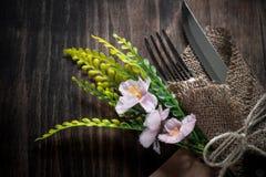 Нож вилки сервировки стола и деревянная плита Стоковые Фотографии RF