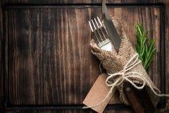 Нож вилки сервировки стола и деревянная плита Стоковая Фотография RF