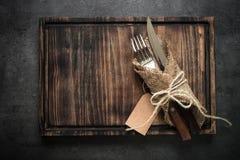 Нож вилки сервировки стола и деревянная плита Стоковое фото RF