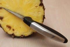 Нож вставил в части отрезка ананаса Стоковое Изображение RF