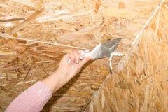 Нож замазки в женской руке Стоковая Фотография