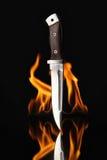 Нож звероловства с огнем на черной предпосылке Стоковые Фотографии RF