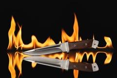 Нож звероловства с огнем на черной предпосылке Стоковая Фотография RF