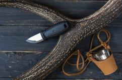 Нож и кружка на черной предпосылке Стоковое Изображение RF