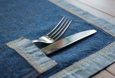 Нож и развлетвляет карманн napkin джинсыов Стоковые Фото