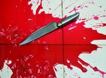Нож и серия крови на плиточном поле Стоковые Фотографии RF