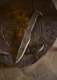 Нож кованой стали руки на наковальне Стоковая Фотография
