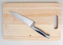 Нож разделочной доски на деревянных досках Стоковые Фотографии RF